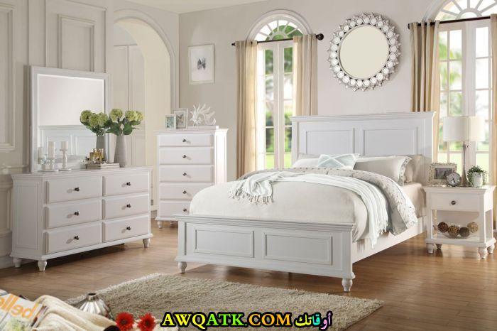 غرفة نوم جميلة باللون الأبيض