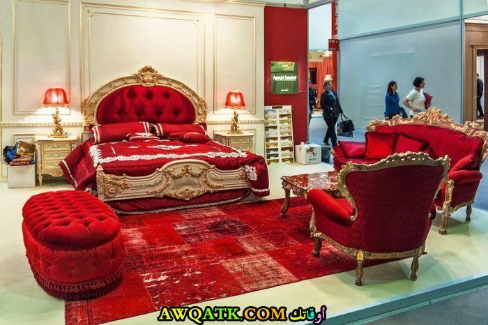 غرفة نوم كلاسيك كابيتونيه باللون الأحمر