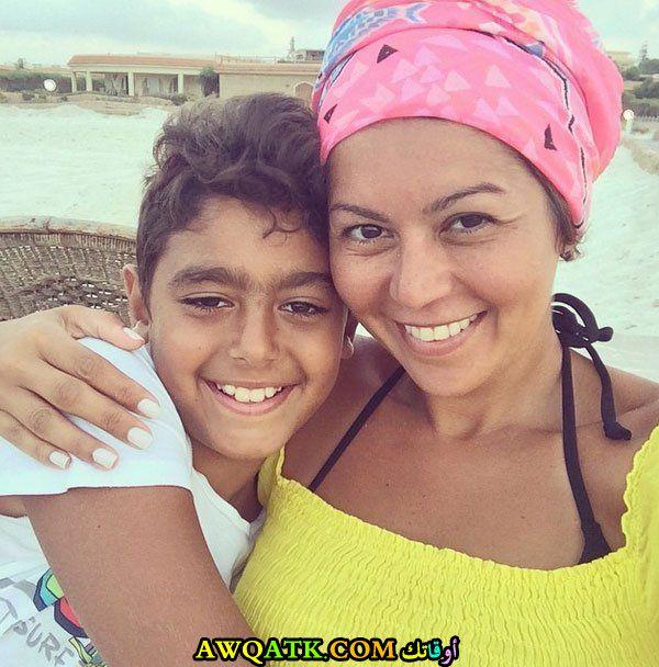 صورة عائلية للفنانة لقاء الخميسي مع ابنها