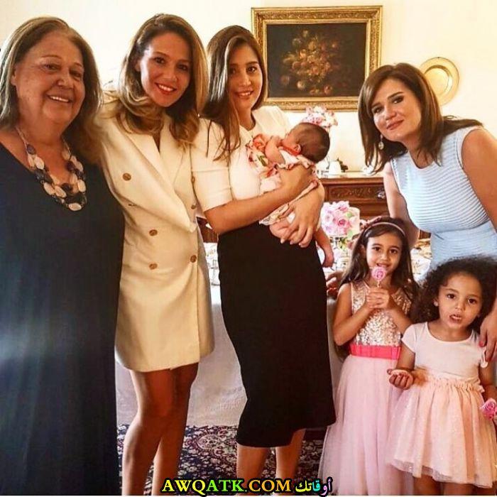 صورة عائلية للفنانة مايا شيحة مع عائلتها