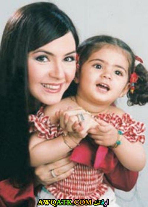 أجمل صورة للفنانة منال عبد اللطيف مع بنتها