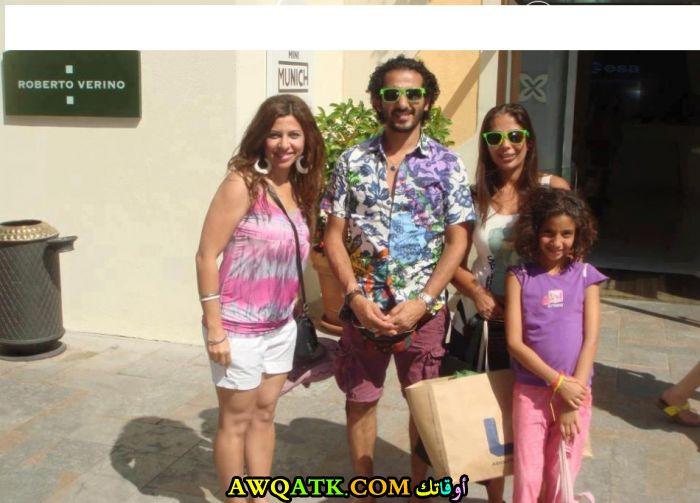 صورة للفنانة منى زكي مع زوجها الفنان أحمد حلمي و بنتها لي لي