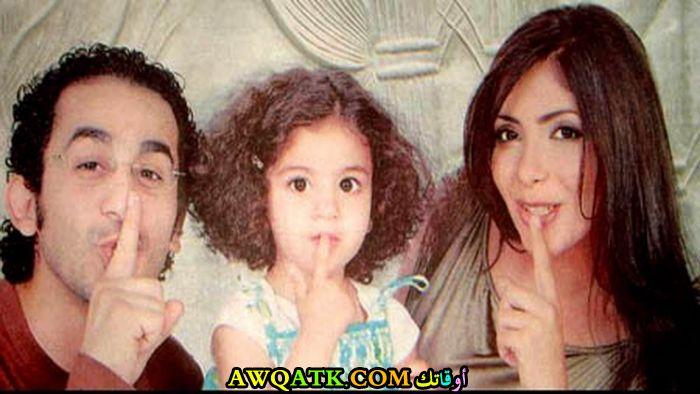 صورة عائلية للفنانة منى زكي مع زوجها و بنتها