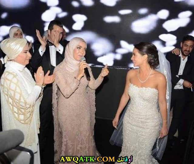 أحلى صورة للفنانة الجميلة منى عبد الغني مع بنتها في حفلةزفافها