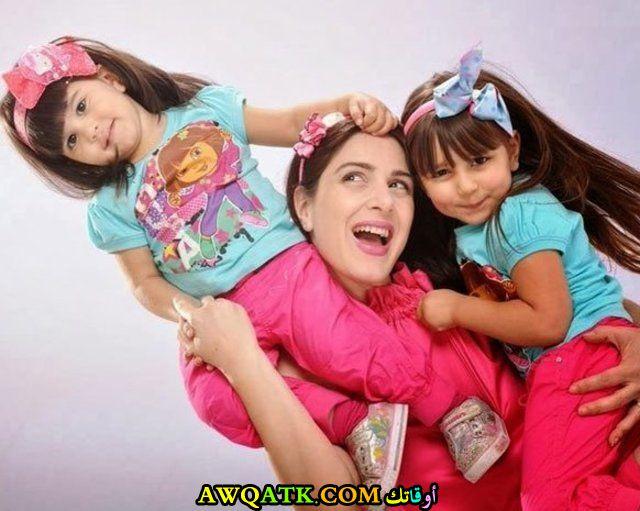 صورة عائلية للفنانة ميرنا وليد مع بناتها