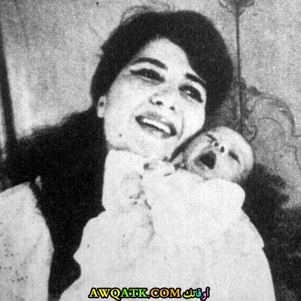 صورة عائلية للفنانة نعيمة عاكف مع بنتها