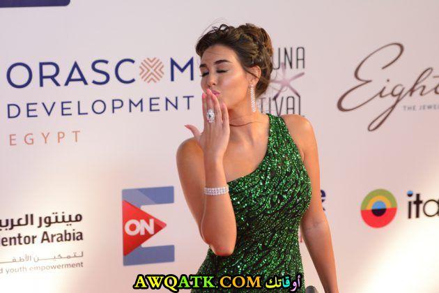 ياسمين صبري ترسل قبلة في مهرجان الجونة السينمائي