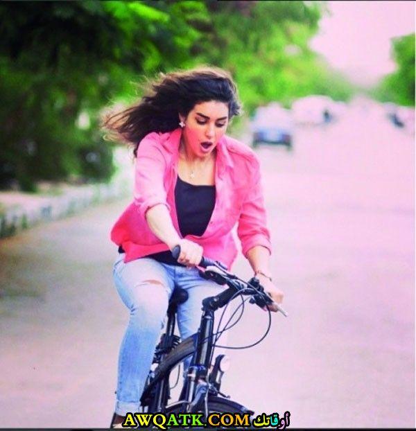 لعشاق الفنانة ياسمين صبري صورة جميلة وجديدة وهي تتعلم سواقة العجل