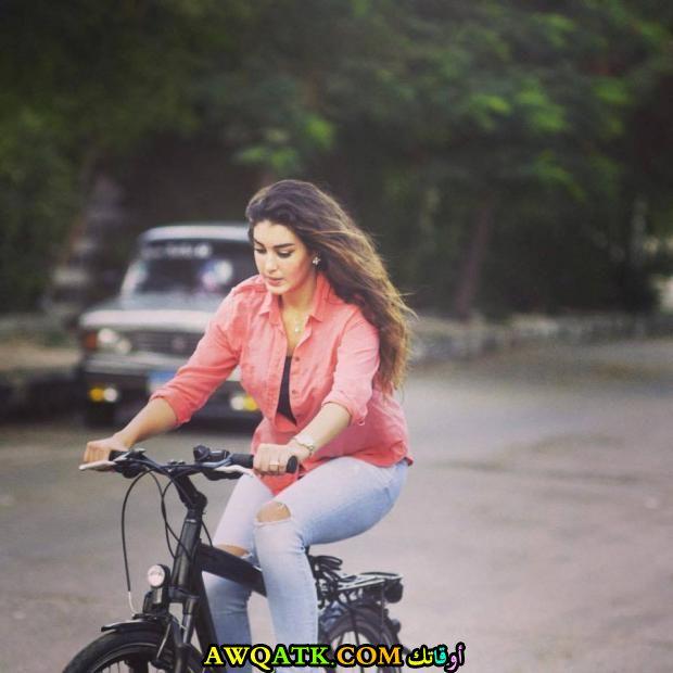 صورة روعة لياسمين صبري وهي تركب الدراجة