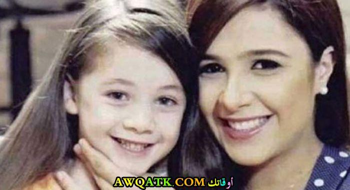 صورة عائلية للفنانة ياسمين عبد العزيز مع بنتها