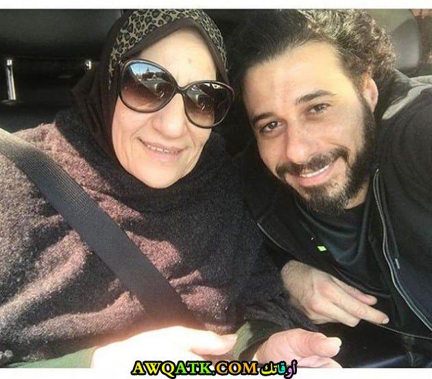 صورة جميلة للفنان الجميل أحمد السعدني مع والدته