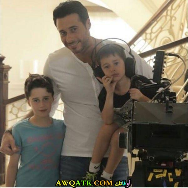 صورة عائلية للفنان أحمد السعدني مع أولاده
