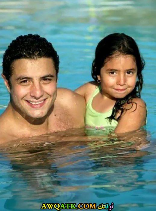صورة عائلية للفنان أحمد الفيشاوي مع بنته