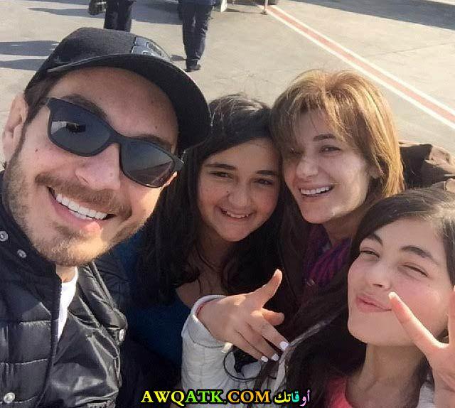صورة عائلية للفنان أحمد زاهر مع زوجته وبناته