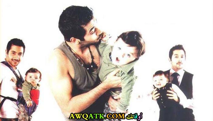 صورة عائلية للفنان أحمد فلوكس مع أبنه