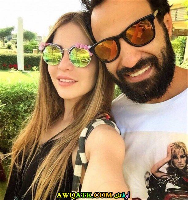 صورة عائلية للفنان المصري أحمد فهمي مع زوجته منه