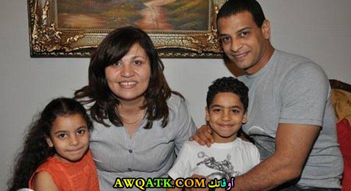 صورة عائلية للفنان أشرف مصيلحي مع أولاده و زوجته
