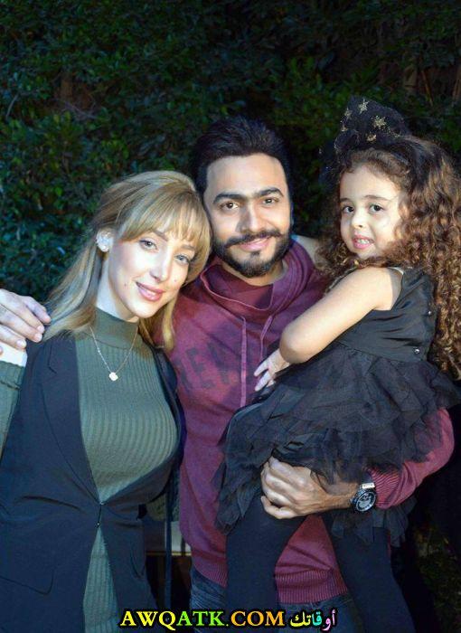 صورة عائلية للفنان تامر حسني مع زوجته و ابنته