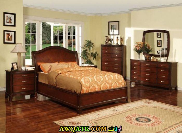 غرفة نوم خشب باللون البني