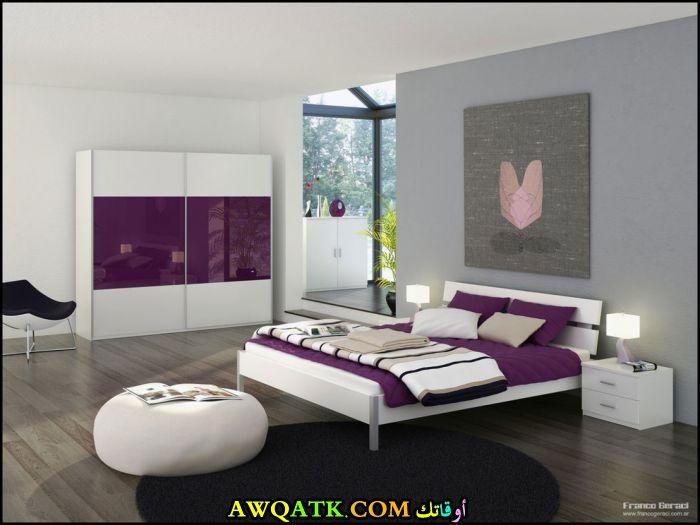 غرفة نوم باللون الأبيض والموف للكبار