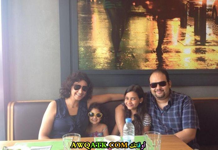 صورة عائلية للفنان رأفت ماهر لبيب مع زوجته وبناته