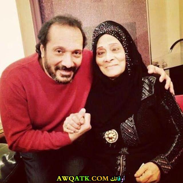 صورة رائعة للفنان علي الحجار مع والدته