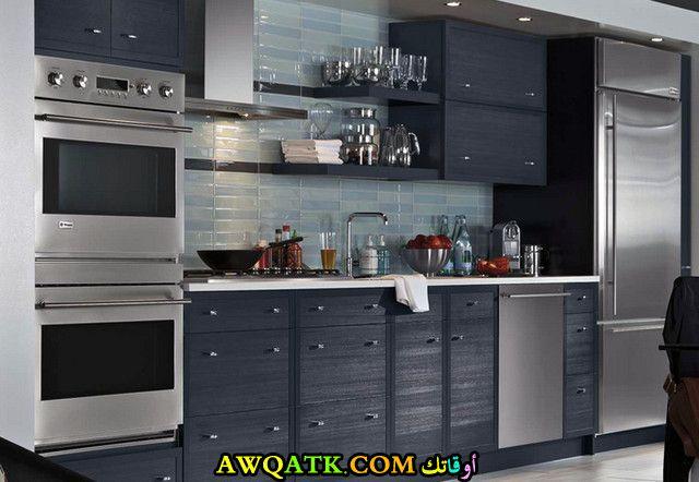 مطبخ باللون الرمادي جميل جداً