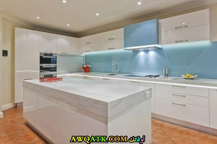 مطبخ حلاس باللون الأبيض في منتهي الشياكة
