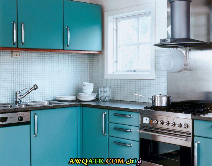 مطبخ باللون الجنزاري روعة للأماكن الضيقة