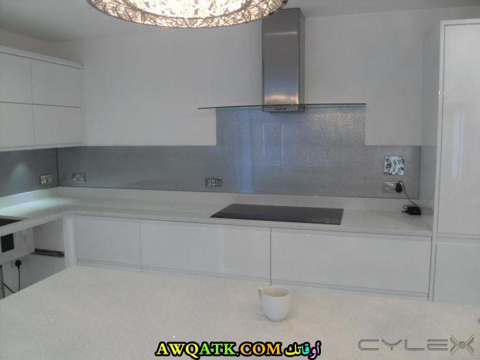 مطبخ باللون الأبيض جميل جداً