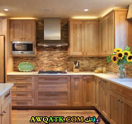 مطبخ خشب للمساحة الصغيرة باللون البيج