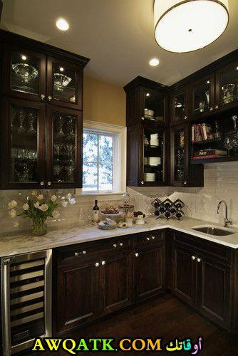 مطبخ خشب باللون البني الغامق