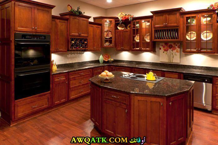 مطبخ أمريكاني خشبي باللون البني