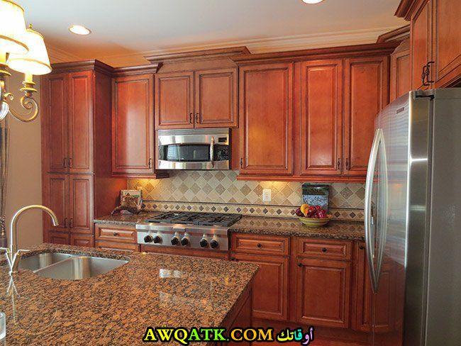 مطبخ خشبي باللون البني
