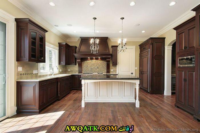 مطبخ باللون البني رائع
