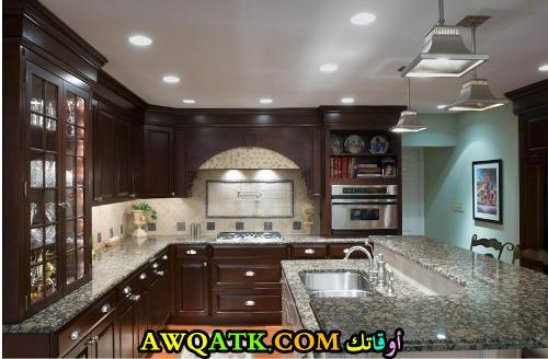 مطبخ باللون البني شيك وجديد