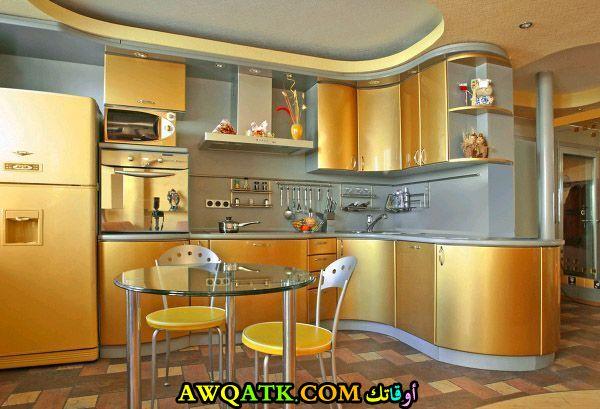 مطبخ عصري وجميل باللون الذهبي