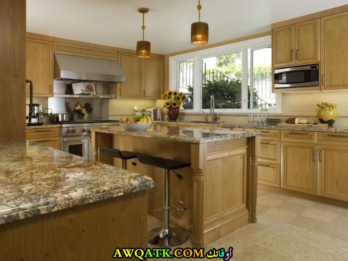 مطبخ باللون الذهبي قمة الجمال والشياكة