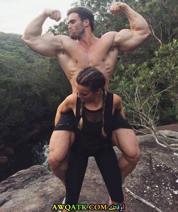 امرأة تحمل رجل قوي