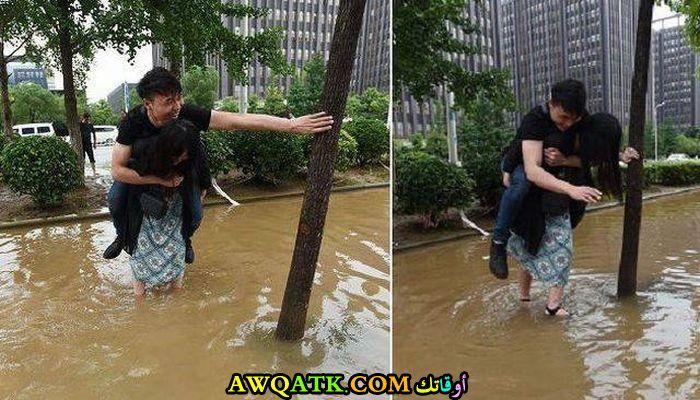 امرأة تحمل رجل