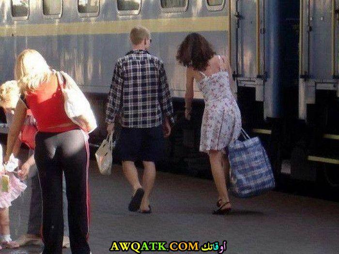 امراة تحمل الحقيبة الثقيلة
