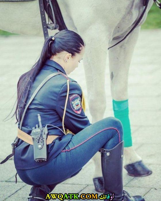 تعتني بحصانها