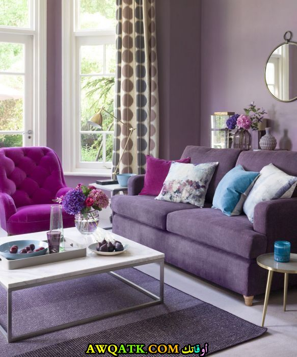 غرفة معيشة باللون البنفسجي عصرية وجديدة ر