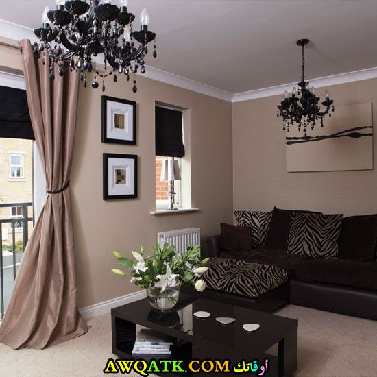 غرفة معيشة باللون البني في منتهي الجمال