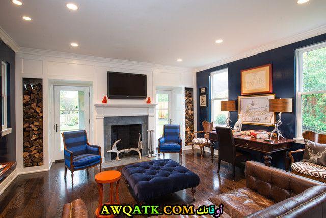 غرفة معيشة باللون الكحلي بسيطة وجميلة