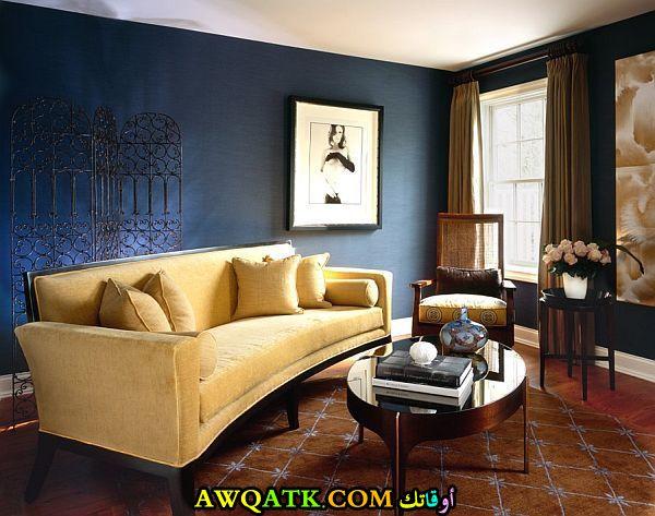 غرفة معيشة باللون الكحلي هادية وجميلة