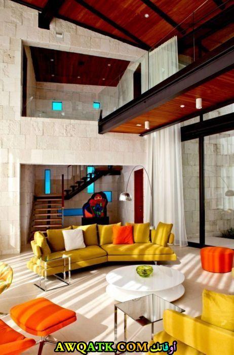 غرفة معيشة بألوان مبهجة جميلة جداً