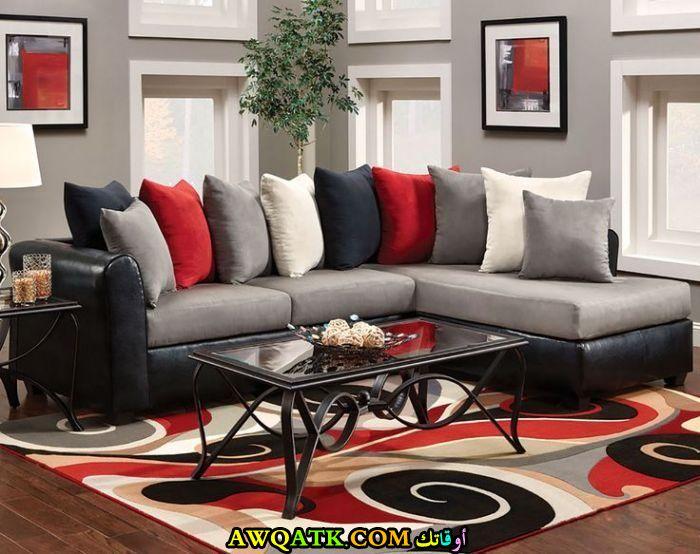 غرفة معيشة باللون الأحمر جميلة جداً