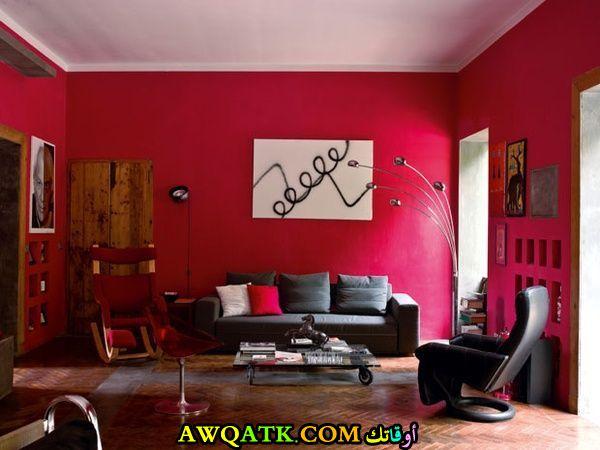 غرفة معيشة باللون الأحمر تناسب الذوق الهادي