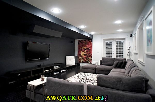 غرفة معيشة باللون الأسود شيك وجميلة